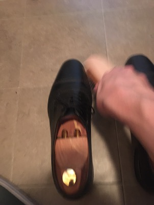 馬毛ブラシで革靴をブラッシング