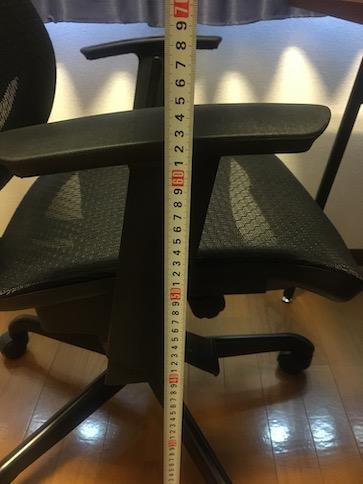 ニトリのワークチェア「クエト」のアームレストの高さ